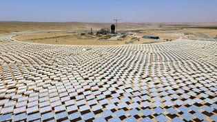 Plus de 50 000 miroirs sontplacés autour de la toursolaire Ashalim, en construction dans le désert du Néguev, dans le sudd'Israël, le 26 mai 2016. (JACK GUEZ / AFP)