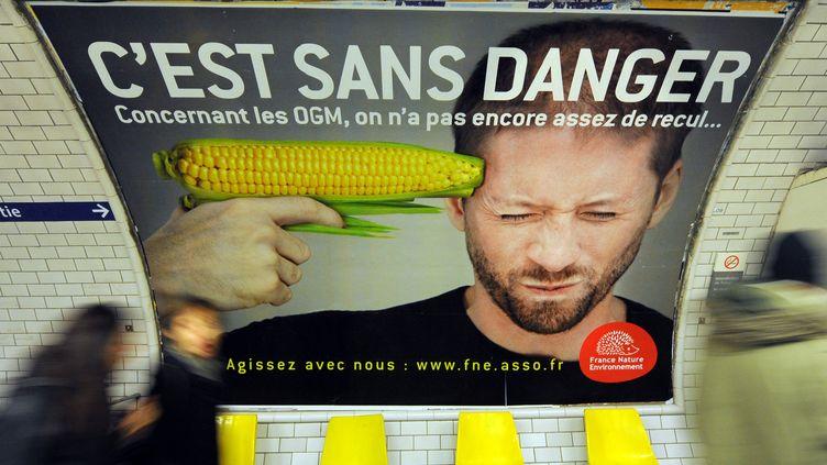 Une affiche de la campagne anti-OGM de la fédérationFrance, Nature, Environement dans une station de métro de Paris le 15 février 2011. (MIGUEL MEDINA /AFP)