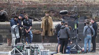 """L'acteur Mark Strong sur le set de """"1917"""" de Sam Mendes en juin 2019. (ANDREW MILLIGAN / MAXPPP)"""