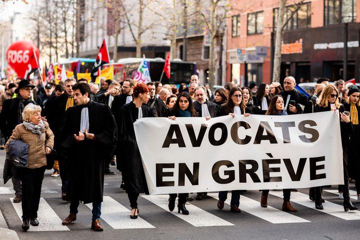 Des avocats défilent contre la réforme des retraites, le 16 janvier 2020, à Perpignan. (JC MILHET / HANS LUCAS / AFP)