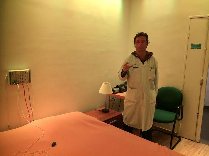 Maxime Elbaz, responsable technique du centre du sommeil de l'Hôtel-Dieu à Paris, présente la chambre où le sommeil des patients est enregistré, le 23 octobre 2014. (CAROLE BELINGARD / FRANCETV INFO )