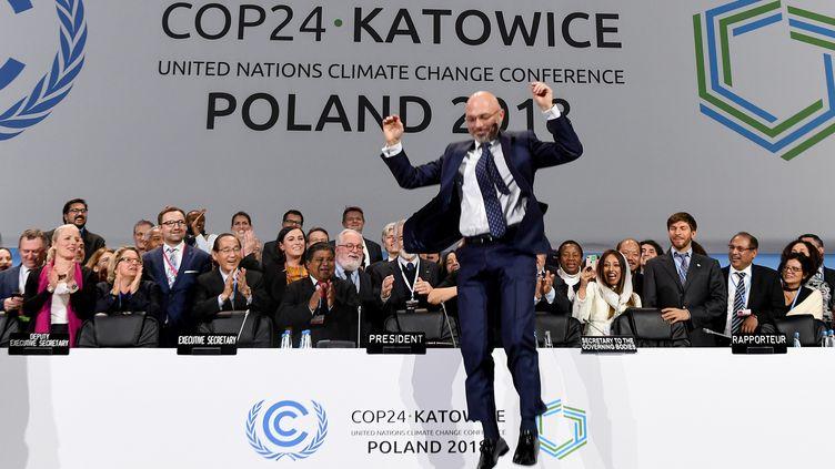 Le président de la COP24, Michal Kurtyka, saute à la fin de la session finale du sommet de la COP24 sur le changement climatique à Katowice (Pologne) le 15 décembre 2018. (JANEK SKARZYNSKI / AFP)
