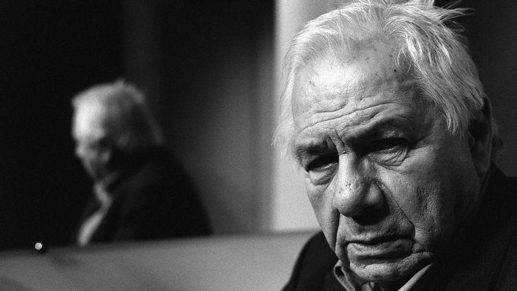 Michel Galabru posait le 26 janvier 2004 au Théâtre Marigny à Paris. (JOEL ROBINE / AFP)