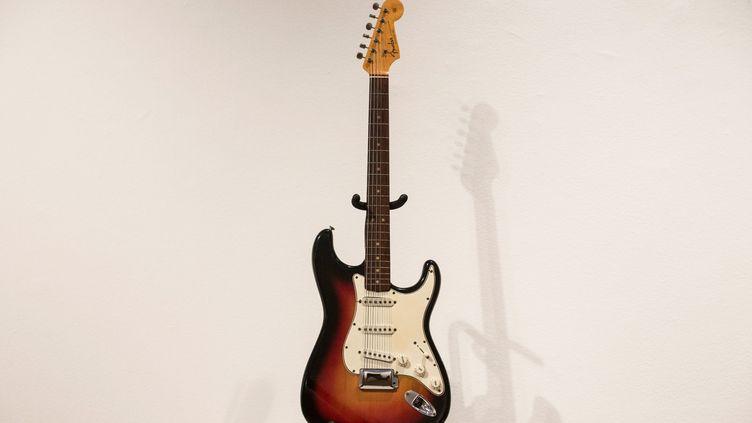 La guitare Fender Stratocaster 1964 ayant appartenu à Bob Dylan, vendue aux enchères 965.000 dollars (690.000 euros) le 6 décembre 2013 chez Christie's à New York, un record mondial pour une guitare.  (Andrew Burton / GETTY IMAGES NORTH AMERICA / AFP)
