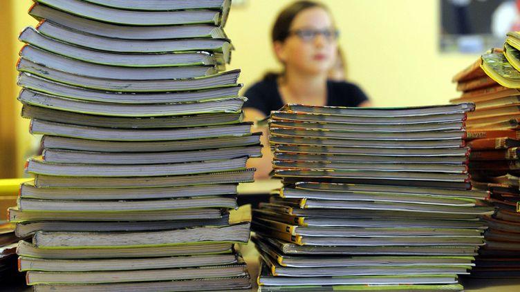 (Cela représente un énorme chantier de 14 manuels, soit environ 11,2 millions de livres à imprimer pour les collégiens, environ 16 millions pour les écoliers © MaxPPP)