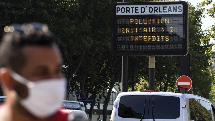 Un jour de pic de pollution à Paris, en juillet 2020 (illustration). (ALAIN JOCARD / AFP)
