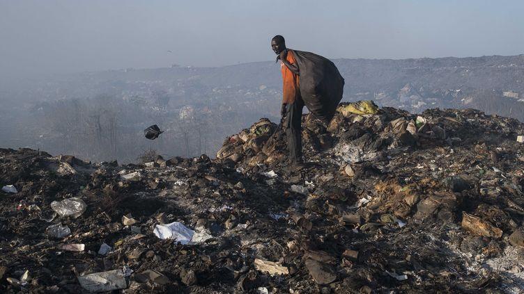 Un récupérateur de déchets recyclables sur la décharge deMbeubeuss, près de Dakar au Sénégal, le 2 décembre 2016. (XAUME OLLEROS / ANADOLU AGENCY)
