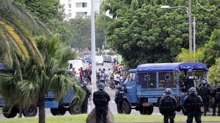 Des affrontements entre manifestants et forces de l'ordre, le 21 novembre 2018, dans la ville duPort à la Réunion (RICHARD BOUHET / AFP)