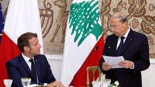 Le président Emmanuel Macron et son homologue libanais, Michel Aoun, le 1er septembre 2020. (LEBANESE PRESIDENCY / ANADOLU AGENCY / AFP)