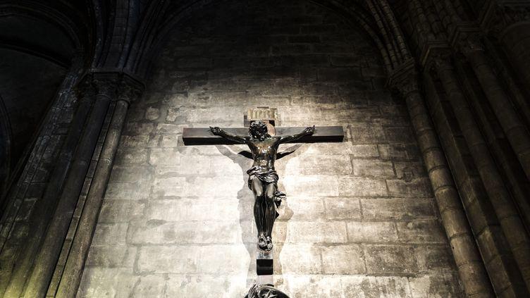 Un Christ en croix sur un mur de la cathédrale Notre-Dame de Paris, le 13 août 2018. (MOLLONA / LEEMAGE / AFP)