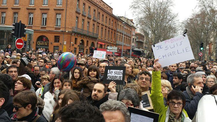 (Plus de 50 000 personnes ont défilé à Toulouse en hommage aux victimes des attentats. © Radio France / Stéphane Iglesis)