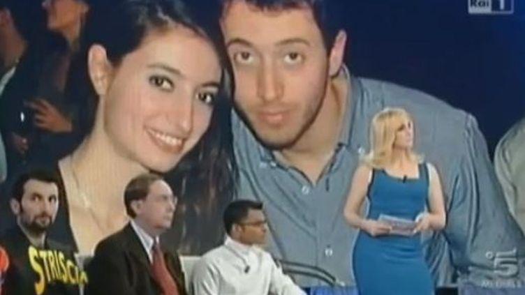 """La photo des cousins de l'avocat, censés être le couple victime d'une fausse couche après le naufrage du """"Concordia"""", à la télévision italienne, le5 février 2012. (FRANCE 2)"""