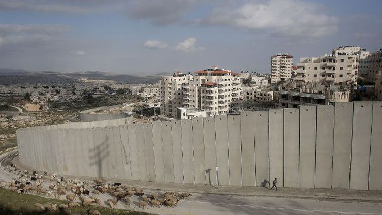 Cisjordanie: derrière le mur de séparation, la colonie israélienne dePisgat Zeev. (AHMAD GHARABLI / AFP)