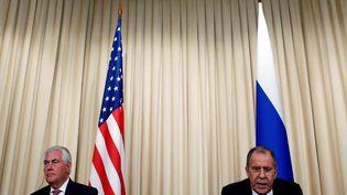 Le secrétaire d'Etat américain Rex Tillerson et le ministre des Affaires étrangères russe, Sergueï Lavrov, lors d'une conférence de presse commune, le 12 avril 2017 à Moscou (Russie). (SERGEI KARPUKHIN / REUTERS)