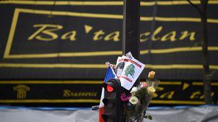 Les fleurs sont posées à l'extérieur du théâtre Bataclan à Paris, le 18 novembre 2015. (DOMINIQUE FAGET / AFP)
