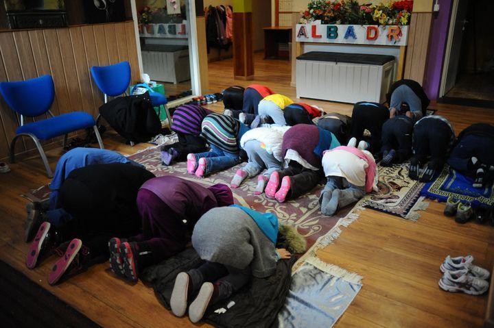 Elèves priant dans une école musulmane privée dans le quartier du Mirail à Toulouse, le 23 janvier 2015. (REMY GABALDA / AFP)