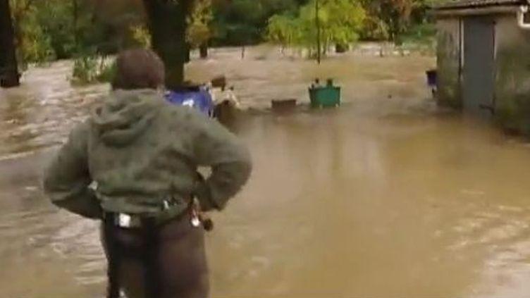 Une habitante de Roquebrune-sur-Argens découvre les dégâts dans sa maison inondée (FTVi)