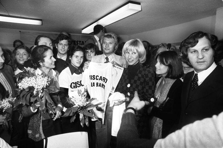 Le chanteur Johnny Hallyday, lors de la campagne présidentielle de Valéry Giscard d'Estaing, le 1er mai 1974 à Paris.  (AFP)