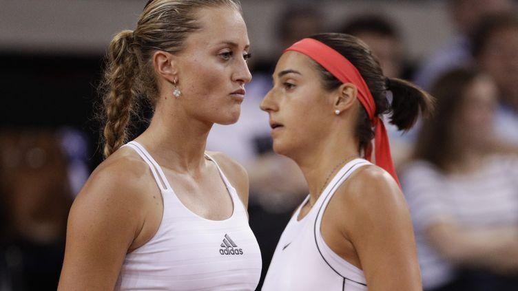 Les joueuses de tennis françaises Kristina Mladenovic et Caroline Garcia lors du double décisif face à la Roumanie, en demi-finale de Fed Cup, à Rouen, le 21 avril 2019 à Rouen (Seine-Maritime). (GEOFFROY VAN DER HASSELT / AFP)
