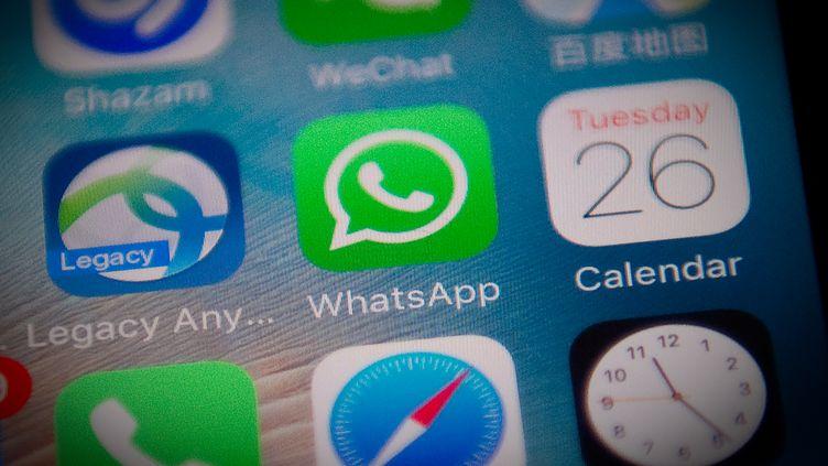 Photo d'illustration montrant l'application WhatsApp installée sur un smartphone, le 26 septembre 2017. (NICOLAS ASFOURI / AFP)