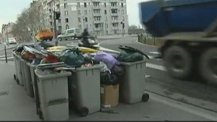 Les poubelles ne son pas ramassées dans certains quartiers et certaines banlieues de la ville de Lyon (Rhône) - lundi 19 mars 2012 (CAPTURE D'ÉCRAN FRANCE 2)