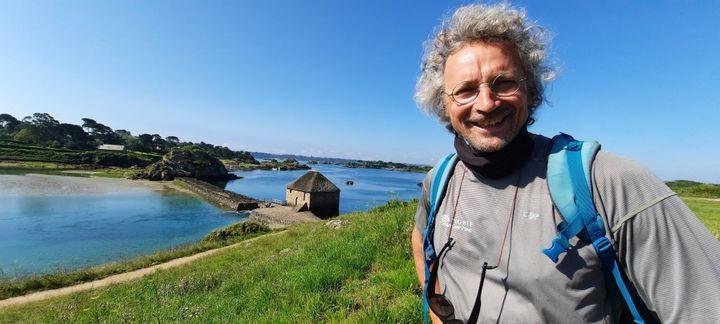 Philippe Allain, guide, aime déclamer des poèmes depuis les rivages de l'île de Bréhat. (BENJAMIN ILLY / RADIO FRANCE)