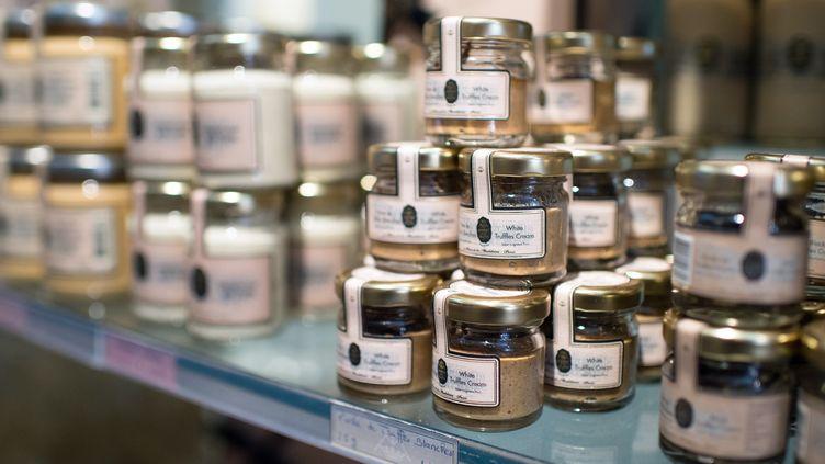 Des produits de luxe à base de truffe dans une vitrine parisienne. Photo d'illustration. (MARTIN BUREAU / AFP)