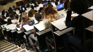 Des étudiants en première année de médecine dans un amphithéâtre d'une faculté de médecine parisienne, le 12 septembre 2018. (MAXPPP)