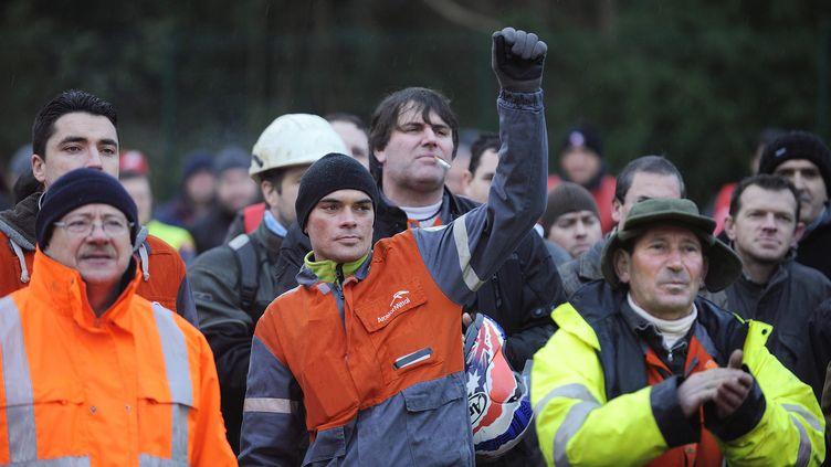 Des salariés d'ArcelorMittal en grève devant le site de Basse-Indre le 10 décembre 2012. (JEAN-SEBASTIEN EVRARD / AFP)
