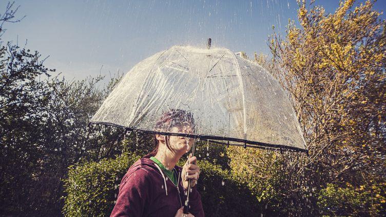 Après la pluie, le beau temps. Et l'inverse. Vous ne savez plus s'il faut prendre un parapluie avec vous. Et encore moins comment vous habiller. (SALLY ANSCOMBE / FLICKR RM / GETTY IMAGES)