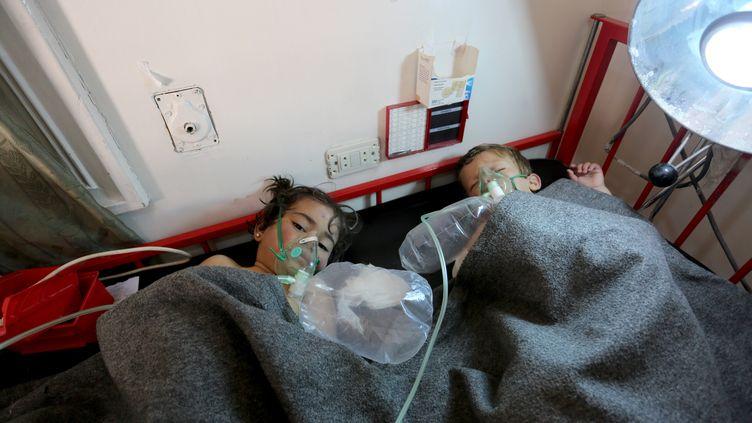 Deux enfants sont traités à l'hôpital d'Idleb(Syrie), après une attaqueàKhan Cheikhoun, le 4 avril 2017. (MOHAMMED KARKAS / ANADOLU AGENCY / AFP)