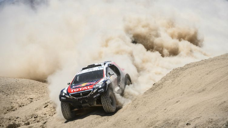 La Peugeot 2008 DKR dans les dunes sur le Dakar 2015