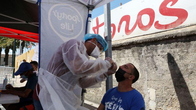 Un test PCR, le 18 juillet 2021, à Nîmes. (RAYMOND ROIG / AFP)