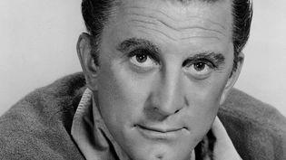 Kirk Douglas s'est éteint mercredi 5 février, à l'âge de 103 ans. Son sourire en coin, sa fossette au menton et ses films, une centaine, ont marqué des générations. Ce fils de chiffonnier est devenu une icône et une légende du cinéma. (FRANCE 2)