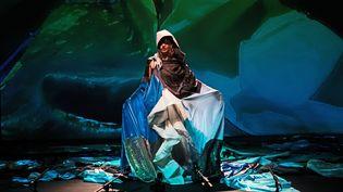 """La chanteuse Camille en solo dans le spectacle """"Alarm Clocks"""" de la chorégraphe sud-africaine Robyn Orlin (Mehdi Benkler)"""