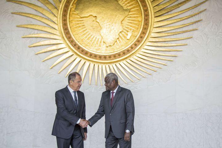 Le ministre russe des Affaires éttrangères, Serge Lavrov, serre la main du président de la Commission de l'Union africaine, Moussa Faki Mahamat, le 9 mars 2018 à Addis Abeba en Ethiopie. (Mulugeta Ayene/AP/SIPA)