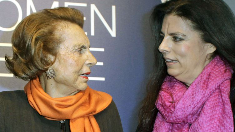 Liliane Bettencourt (à gauche) et sa fille Françoise Bettencourt-Meyers réunies à Paris, le 3 mars 2011. (THIBAULT CAMUS /AP / SIPA)