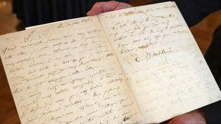 La lettre de suicide adressée en 1845 par Charles Baudelaire à sa maîtresse Jeanne Duval.  (JACQUES DEMARTHON / AFP)