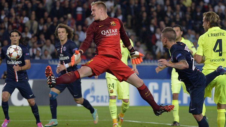Marc-André Ter Stegen (FC Barcelone) encaisse un but sur une tête de Marco Verratti (PSG) (MIGUEL MEDINA / AFP)