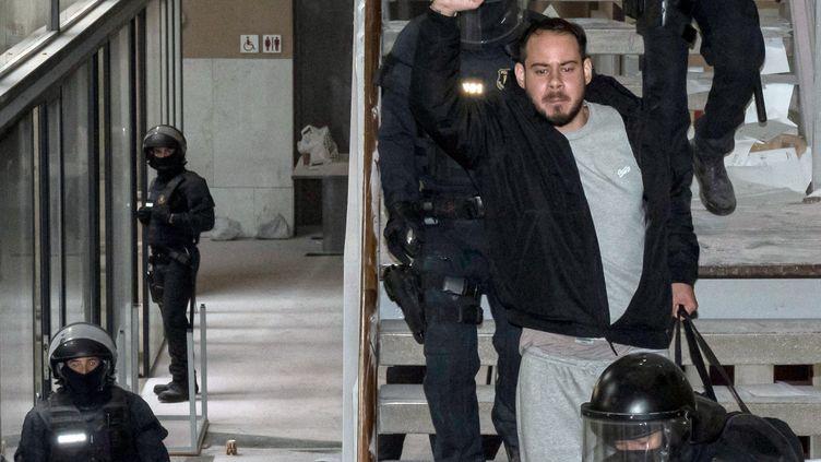 Arrestation du rappeur catalan Pablo Hasel par la police à l'université de Lleida, (à 150 kms à l'ouest de Barcelone), le 16 février 2021 où il s'était barricadé. (J. MARTIN / AFP)