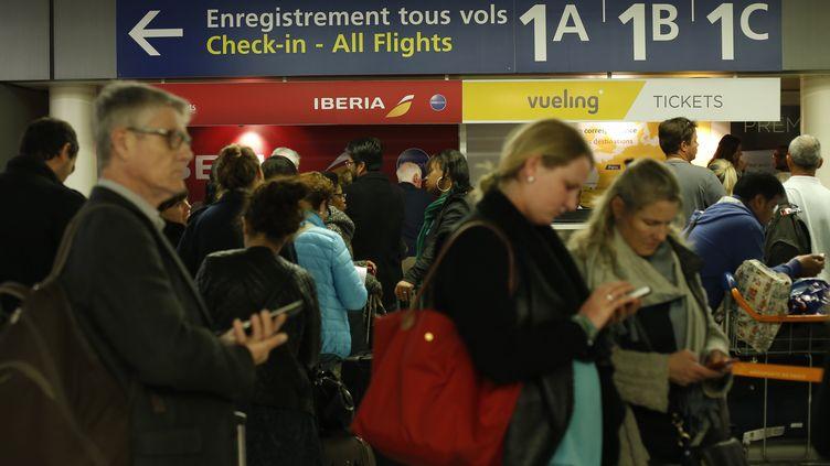 Des voyageurs patientent à l'aéroport d'Orly lors d'une grève des contrôleurs aériens, le 8 avril 2015. (THOMAS SAMSON / AFP)