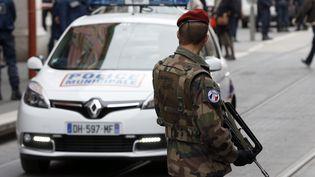 Un soldat dans les rues de Nice (Alpes-Maritimes), le 3 février 2015, au lendemain de l'agression de trois militaires en faction devant un immeuble abritant l'antenne locale du Consistoire juif et une radio juive. (VALERY HACHE / AFP)