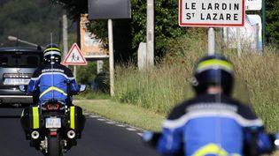 Des gendarmes se rendent en moto dans la commune du Lardin-Saint-Lazare (Dordogne), où un individu lourdement armé est recherché après avoir ouvert le feu sur les forces de l'ordre, le 31 mai 2021. (THIBAUD MORITZ / AFP)