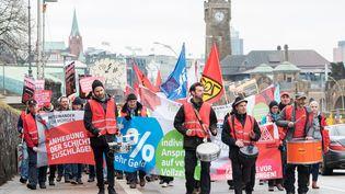 Manifestation d'ouvriers de la métallurgie pour une hausse des salaires le 24 janvier 2018 à Hamburg, au nord de l'Allemagne. (DANIEL BOCKWOLDT / DPA)