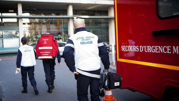 Des pompiers de Paris, lors d'une intervention, dans la capitale (photo non datée). (AMELIE-BENOIST / BSIP / AFP)
