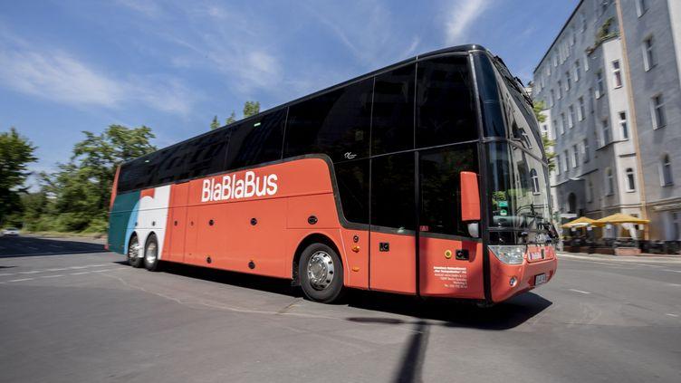 """Un autocar """"Blablabus"""" à Berlin en Allemagne, le 24 juin 2019. (CHRISTOPH SOEDER / DPA / AFP)"""