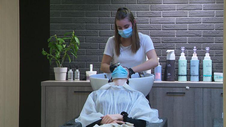 Le rush chez les coiffeurs avant le confinement (J. Vasco / France Télévisons)