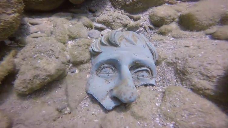 Capture écran de la vidéo Facebook du trésor romain découvert dans le port de Césarée, le 16 mai 2016. (0404)