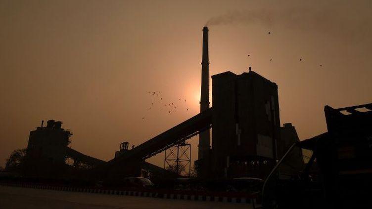 Une usine de goudron rejette sa fumée toxique dans l'air de New Delhi. (AFP PHOTO / MONEY SHARMA)