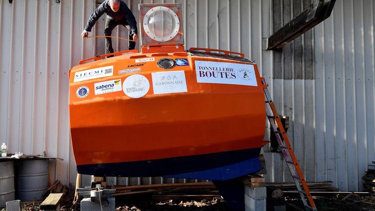 Jean-Jacques Savin, sur son tonneau, le 15 novembre 2018, dans le port d'Arès. (GEORGES GOBET / AFP)